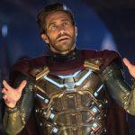 Jake Gyllenhaal photobombs cosplayer portraying his 'Spider-Man' baddie, Mysterio